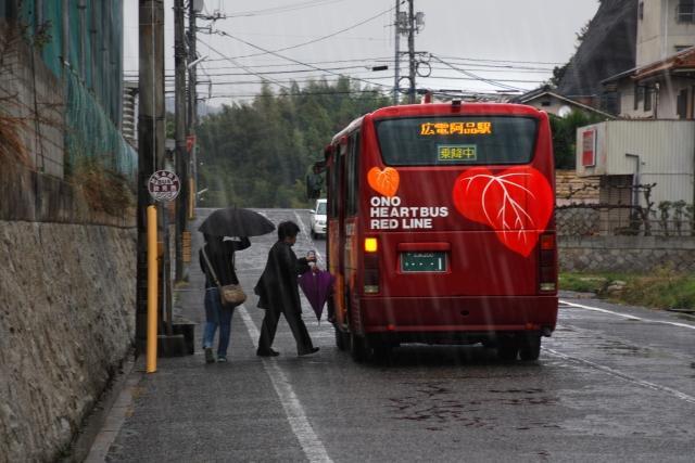 バス停のバス